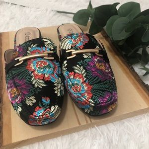 NWOB Boohoo embroidered mules size 5